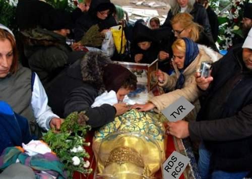 Studiu: Cea mai frecventă rugăciune la Sf. Parascheva e să dea RCS-RDS faliment