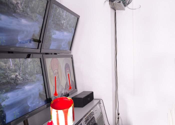 Miracol! Monitorul atins de Patriarhul Daniel cu trafaletul a început să lăcrimeze vopsea lavabilă