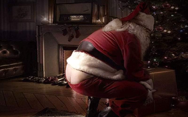 Moș Crăciun, dat de gol când s-a aplecat să pună cadourile sub brad: era instalatorul!