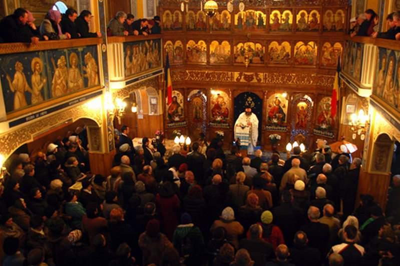 Puhoi de enoriaşi în biserici. Toţi se roagă să le iasă vinul bun anul ăsta