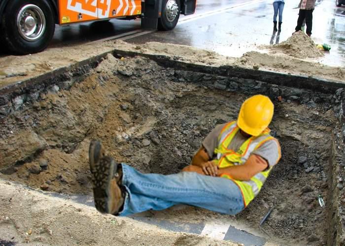 Scandal pe şantierul unui drum! Un muncitor a asfaltat groapa în care se dormea cel mai bine