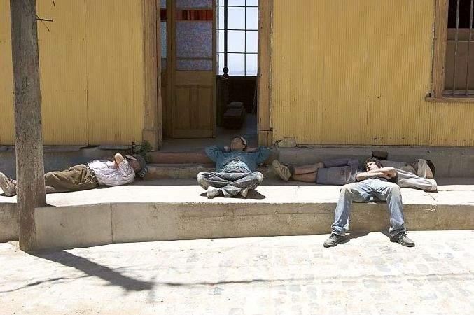 Nesimțire! Un muncitor a pornit picamărul în mijlocul zilei, exact când colegii lui dormeau la umbră