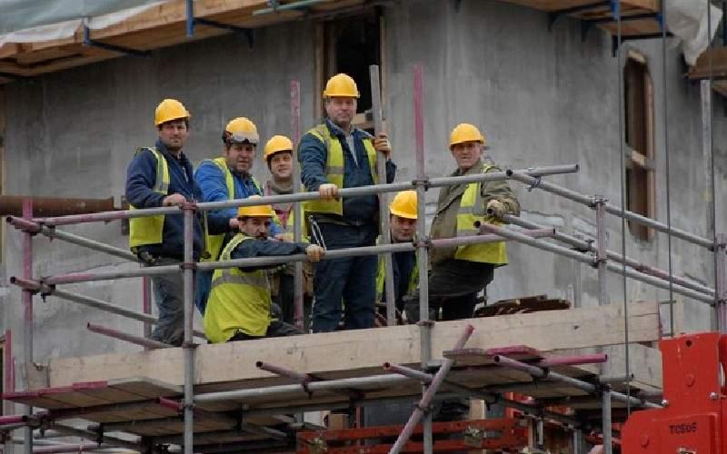 Criză pe şantiere! De când nu mai trec gagici pe stradă, muncitorii se fluieră între ei
