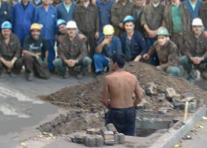 Demn de Guinness Book: 147 de muncitori s-au adunat în jurul unuia care săpa o groapă