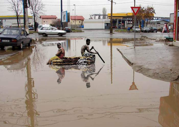 Tragedie! Zeci de muncitori sinistrați pe o plută, după ce groapa în care dormeau s-a umpulut cu apă