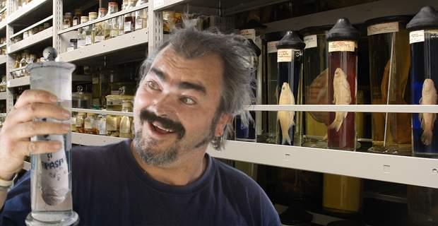 Românii, disperați după băutură! Au spart Muzeul Antipa și au băut tot formolul