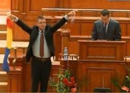 """Victor Ponta i-a înapoiat lui Mihail Neamţu punguţa cu 30 de bani: """"Mai pune! E prea puţin!"""""""