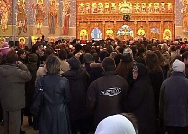 Românii se refugiază în biserici, că e singurul loc unde nu se aud colinde