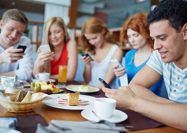 Românii, dependenți de tehnologie! Se uită din 2 în 2 minute la telefon, să vadă dacă nu le-a fost furat