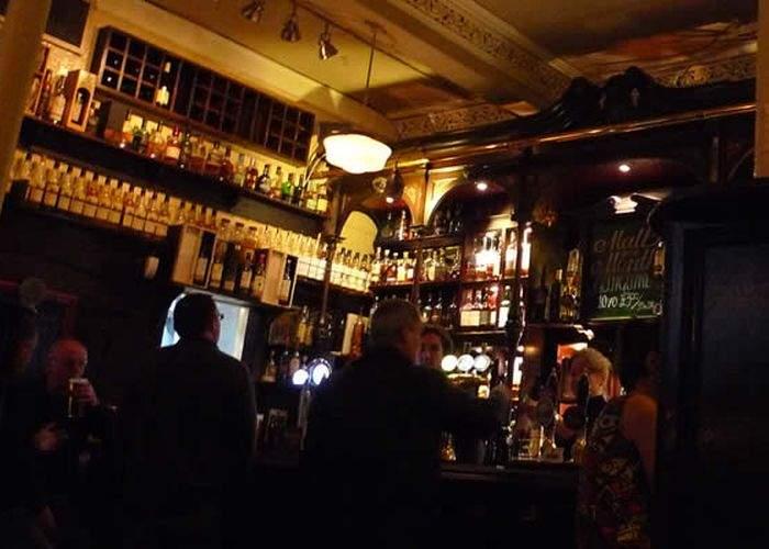 Un cocalar e considerat geniu după ce a descoperit că whisky-ul se poate bea şi fără Red Bull