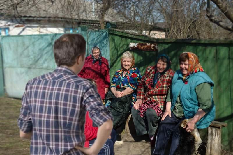 """Un ONG trimite anual voluntari în satele fără curent, să le povestească """"Singur acasă"""""""