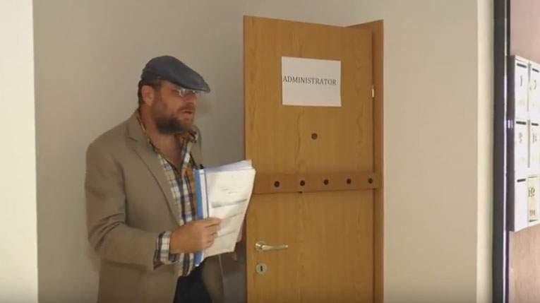 Video! Un locatar a încercat să scape de administrator punând senzori de parcare pe uşă