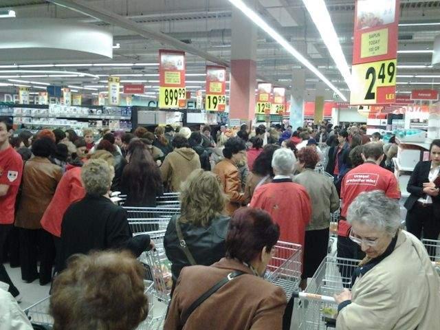 Panică în supermarket după ce unui bărbat i s-a făcut rău când a văzut câte a cumpărat soţia