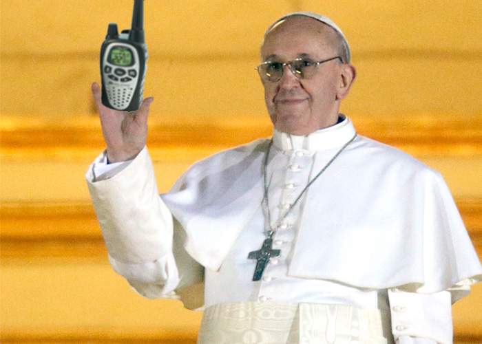 Papa Francisc a primit staţia de emisie-recepţie prin care va discuta cu Dumnezeu