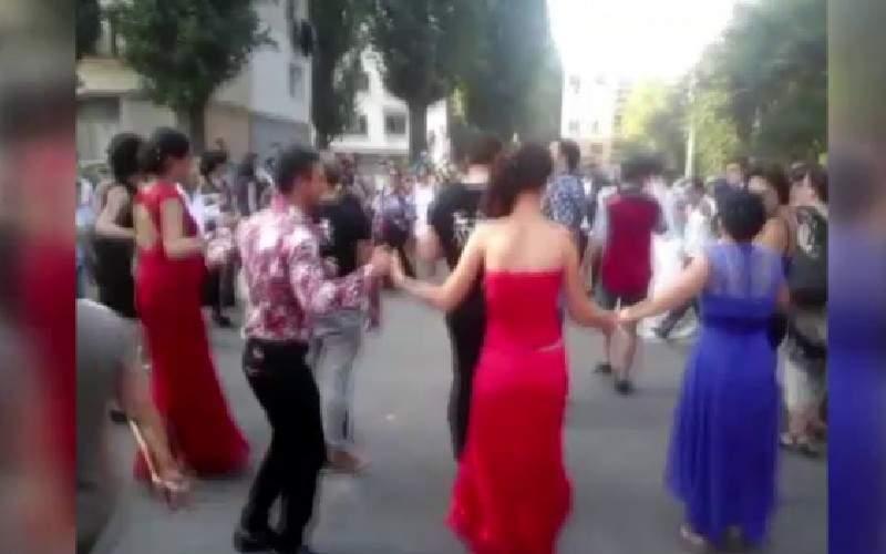 Mii de oameni în stradă în Rahova, după ce au înțeles că s-a declarat paranghelie mondială