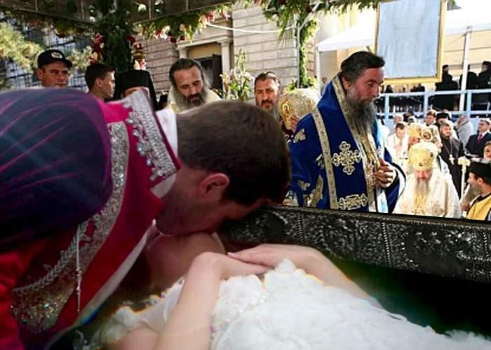 Minune la Iaşi! După ce a pupat-o un prinţ venit pe un cal alb, Sfânta Parascheva a înviat