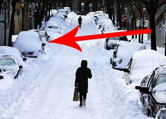 Din cauza zăpezii, unei femei i-au alunecat roţile şi a parcat lateral din prima