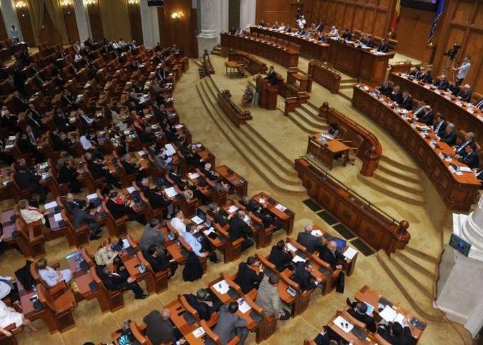Parlamentul va decide prin vot secret cine va merge după ţigări: Ponta sau Băsescu?