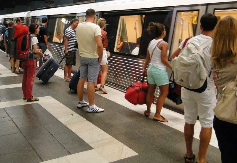 Studiu! Pasagerii care urcă în staţii cu peron pe dreapta sunt mai inteligenţi