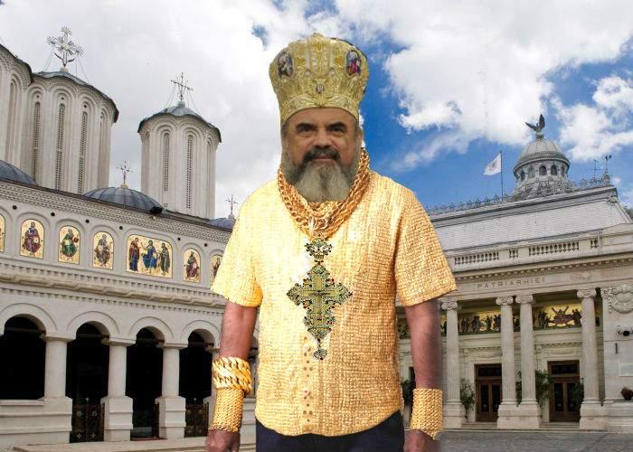 Pentru că e cald, Patriarhul renunţat la straiele grele şi a venit la slujbă doar într-un maiou de aur