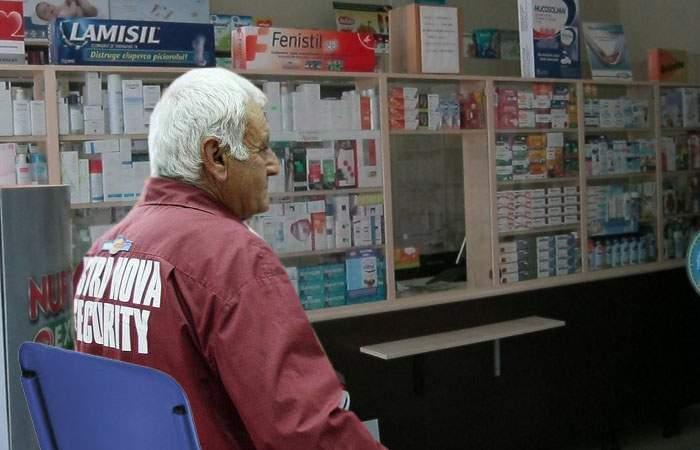Mai ceva ca yoghinii! Un bătrân paznic de farmacie nu s-a mai mişcat de pe scăunelul lui de 2 ani