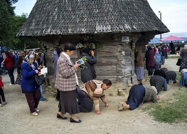 Scandalos! Românii care mergeau în 4 labe în jurul bisericii au învăţat mersul biped şi acum pretind că ar fi oameni