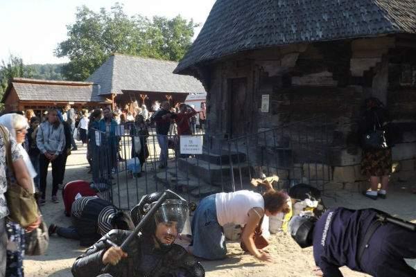 Violenţe şi la Nicula. Pelerinii care înconjurau biserica în patru labe, atacaţi de jandarmi în patru labe!