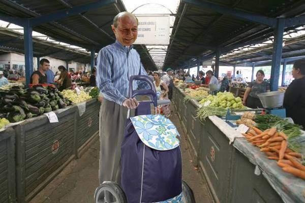 Un pensionar și-a pus motor la căruciorul de cumpărături și acum se dă pe el ca pe Segway