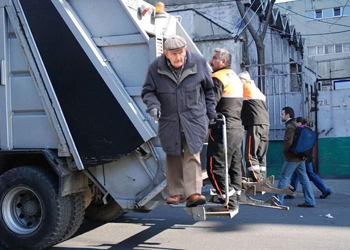Pretextând că sunt tot ale primăriei, pensionarii se urcă mai nou şi în maşinile de gunoi!