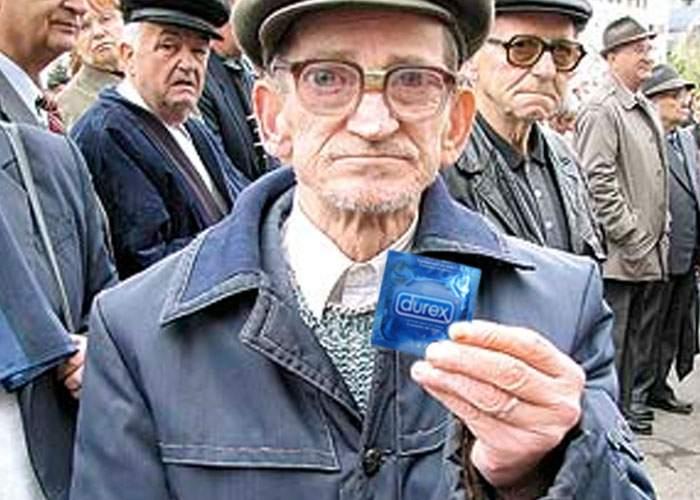 Preocupat că pensionarii se înmulţesc pe zi ce trece, Guvernul le-ar putea împărţi prezervative