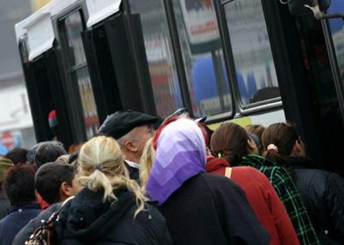 Pensionarii care mai urcă în autobuz înainte să coboare călătorii vor pierde gratuitatea pe RATB