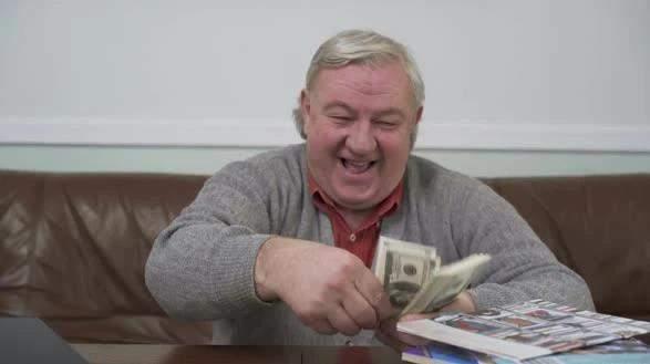 Încă un privilegiu! Românii cu pensie specială au voie afară tot timpul