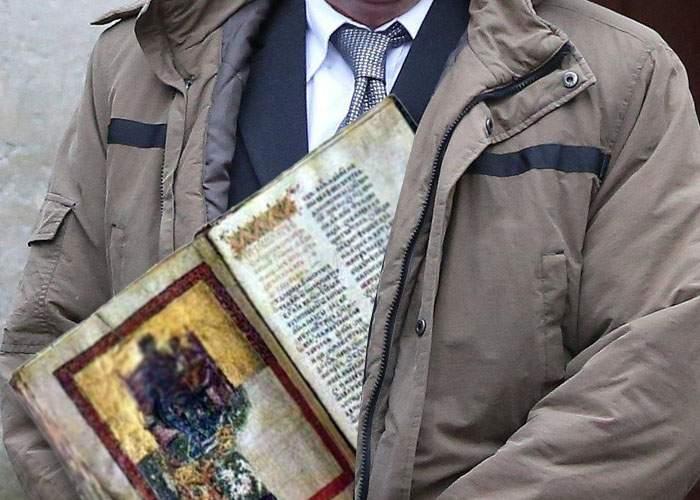 A fost prins bibliofilul din lift, care i-a arătat unei fete un Tetraevangheliar din secolul XVI