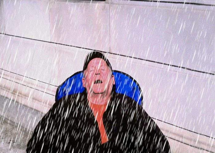 Pericolele ploii! Petre Daea, aproape de înec după ce îngrijitorul l-a uitat pe balcon cu gura deschisă