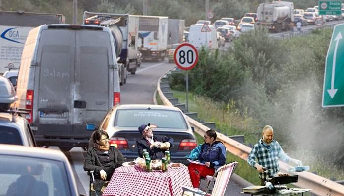 13 lucruri despre românii blocaţi în weekend pe Autostrada Soarelui