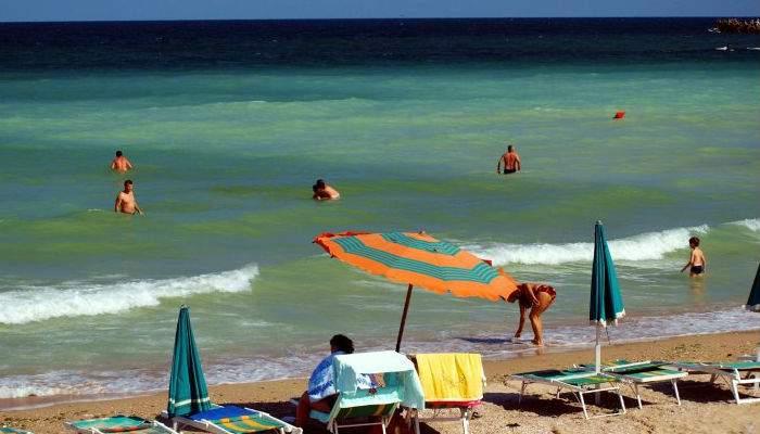 Iar s-au pișat românii tot sezonul în mare. Plaja din Eforie s-a mai scurtat cu doi metri