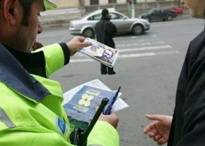 Poliţişti arestaţi după ce au dat mită şoferilor ca să conducă cu viteza legală
