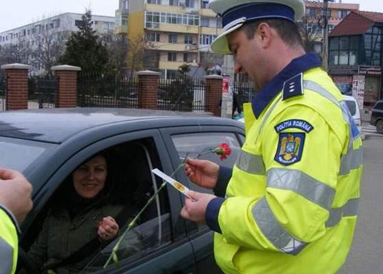 De ziua mondială a hepatitei, polițiștii au oprit femeile în trafic și le-au dat hepatită