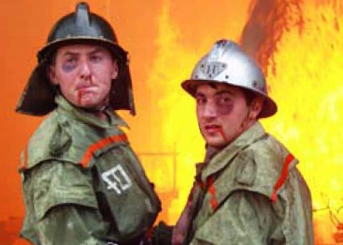 Pompieri împiedicaţi să intervină într-un incendiu de către oamenii care se încălzeau la foc