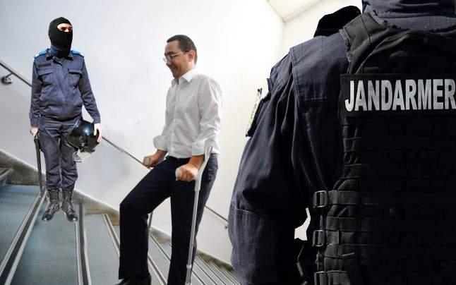 Incompetență! Jandarmii din sediul DNA nu i-au dat lui Ponta peste cârje, ca să cadă în cap pe scări