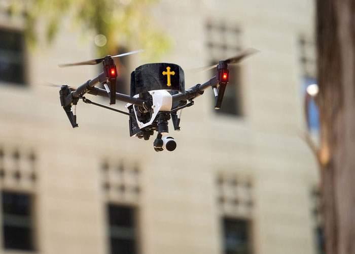Un popă ingenios foloseşte o dronă ca să-i demaşte pe credincioşii care pretind că nu sunt acasă