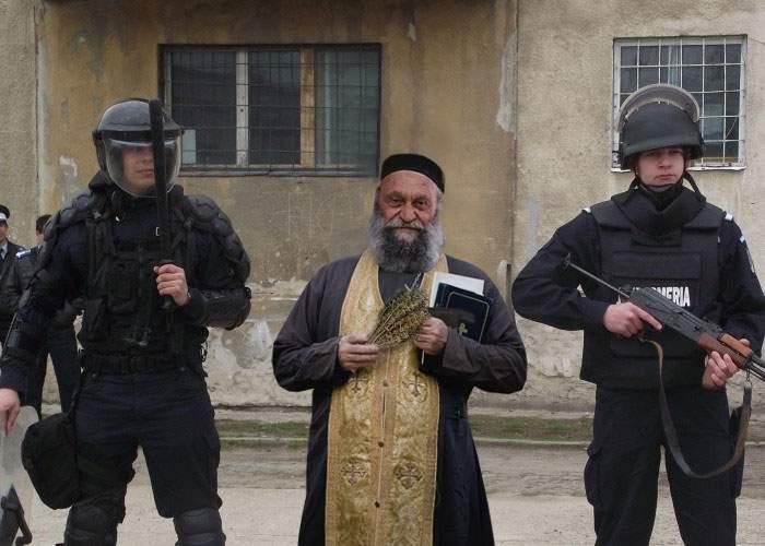 Dovada că credinţa face minuni. Un preot a reuşit să deschidă uşa unui credincios care nu era acasă