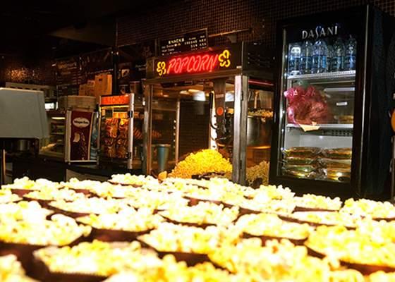 Tot mai mulţi români se duc la film cu caviar de acasă, pentru că nu îşi permit popcorn la cinematograf