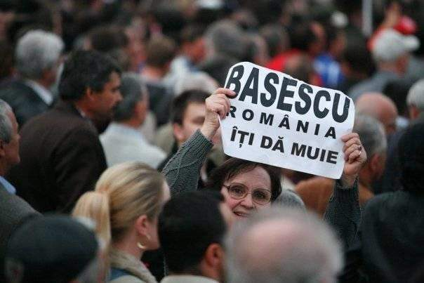 Membrii Guvernului Boc şi Băsescu vor să depună o plângere împotriva populaţiei
