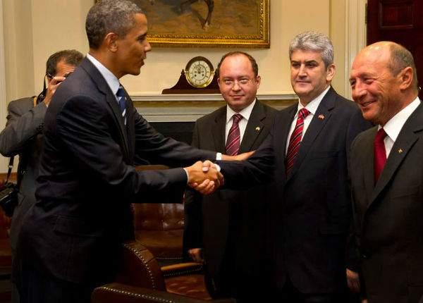 """Oprea explică photoshopul: """"Obama l-a făcut, pentru că şi-a dorit o poză în care dă mâna cu mine"""""""