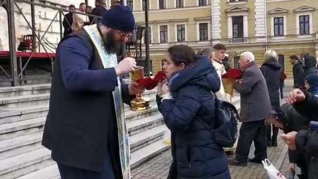 Un preot și-a băgat lingurița în cur, dar degeaba. Enoriașii tot s-au împărtășit cu ea