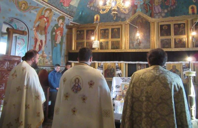 Preoții s-au rugat azi la Dumnezeu să le dea putere să rămână indiferenți la criticile românilor
