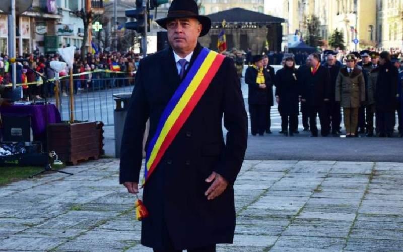 Ca să reducă natalitatea, primarul din Târgu Mureş le face laba gratis bărbaţilor din oraş
