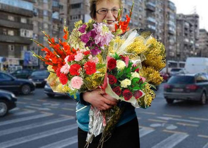 O profesoară care stătea la semafor cu un braţ de flori, premiată de Firea pentru cea mai frumoasă faţadă