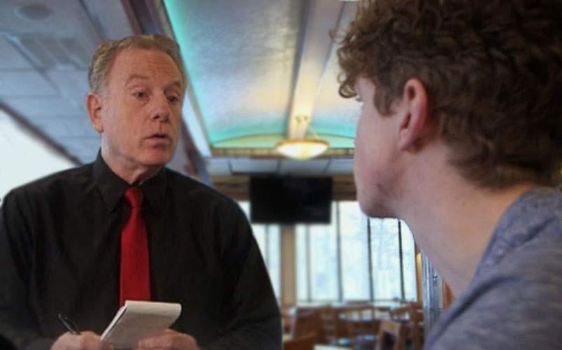 Elev surprins în timpul orelor într-un bar chiar de către profu` lui, care e chelner acolo